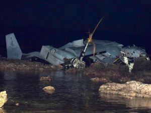 名護市安部の浅瀬で大破したオスプレイ=2016年12月