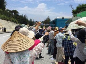 辺野古新基地建設に抗議する市民ら(資料写真)