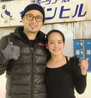 アイスショーに出演する上地悠理花(右)と振付師の宮本賢二さん=南風原町のスポーツワールドサザンヒル(提供)