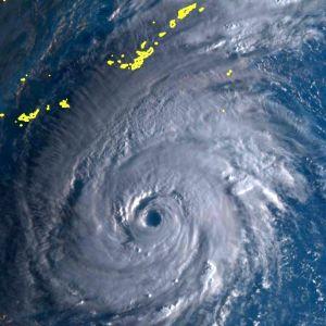 ひまわり8号リアルタイムwebがとらえた26日午前6時50分現在の台風24号。台風の目がくっきりしている。