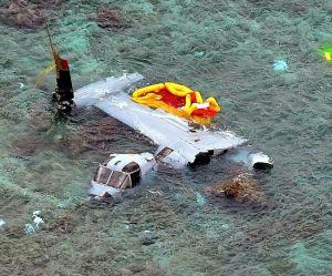 """<div class=""""caption"""">沖縄県名護市安部の海岸で大破したオスプレイ=12月14日(本社チャーターヘリから)</div>"""