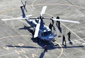 熊本空港に緊急着陸した米軍のヘリコプターUH1=18日午後3時54分(共同通信社ヘリから)