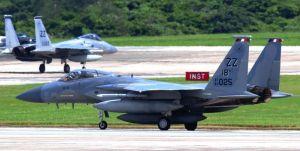 グアムから嘉手納基地に帰還した同基地所属のF15戦闘機。計20機が次々と着陸した=24日午後1時8分(読者提供)