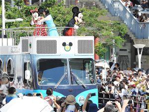 那覇市の国際通りをパレードするミッキーマウスとミニーマウス(2017年10月)