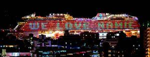 大型クルーズ船の側面に表示された「WE LOVE NAMIE」の電飾=日午後9時ごろ、那覇市内(国吉聡志撮影)