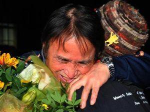 5カ月ぶりに保釈され、支援者と抱き合い喜ぶ山城博治議長=18日午後8時すぎ、那覇市樋川・那覇拘置支所前