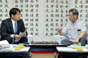 小野寺防衛相(左)と会談する翁長雄志知事=14日午後1時32分、県庁