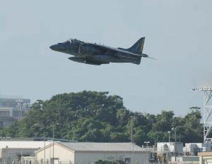 嘉手納基地から離陸する戦闘攻撃機AV8Bハリアー=10月7日8時41分、嘉手名町屋良・道の駅かでな