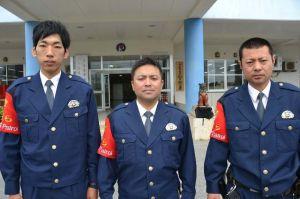 「沖縄シーサー警ら隊」として警視庁から出向している屋良憲一さん(左)と座間味宗伯さん(中央)、千葉県警の山城壱さん=27日、うるま署