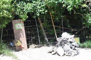 立ち入り禁止の柵が張られている備瀬のワルミ入り口=14日、本部町備瀬