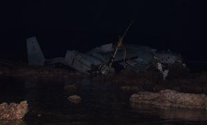 リーフ上にある大破したオスプレイ=14日午前2時10分ごろ、名護市安部(伊集竜太郎撮影)