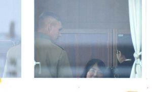 謝罪のため普天間第二小の校長室を訪れた米海兵隊政務外交部のダリン・クラーク部長(左)=18日午前10時、宜野湾市新城