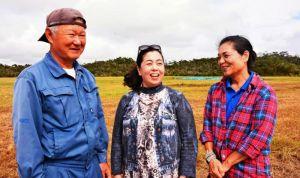 西銘晃さん(左)、美恵子さん(右)夫妻を訪ねた谷口真由美さん=東村高江