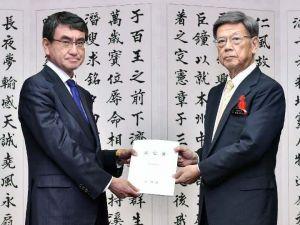 翁長雄志知事(右)から基地問題解決へ向けた要望書を受け取る河野太郎外相=2日午後、県庁