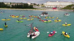 新基地建設に反対し、抗議の声を上げる「海上座り込み」=25日午前10時51分、名護市辺野古沖(小型無人機から)