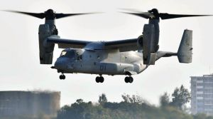 県が飛行停止を求める中、飛行訓練を実施するオスプレイ=13日午後4時35分、宜野湾市・普天間飛行場(渡辺奈々撮影)