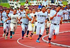 1800メートルリレー決勝で力走する選手たち=県総合運動公園陸上競技場