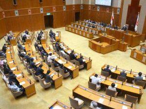 米軍のタイヤ落下事故に対する抗議決議、意見書を全会一致で可決した県議会本会議=16日、県議会