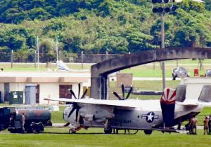 米軍嘉手納基地で給油する空母カール・ビンソン搭載輸送機C2グレイハウンド=24日午後3時すぎ、米軍嘉手納基地(読者提供)