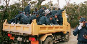 北部訓練場で建設業者のダンプカーに乗る機動隊員ら=11日午後1時半ごろ(仁尾淳史さん提供)
