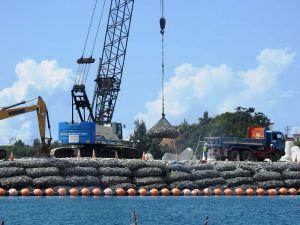採石の海中投入が続けられる「K9」護岸建設現場=12日、名護市辺野古