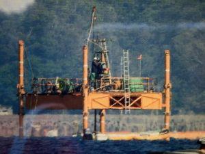 掘削棒を下ろすスパット台船=3日、名護市辺野古沖(資料写真)