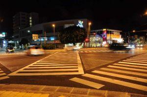 「パニック暴走」の取材中、暴走行為は確認できなかった=8月30日午前0時半ごろ、沖縄市の胡屋交差点