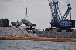 辺野古沖の新基地建設で被覆ブロックの設置が進む「K2」護岸=9日午前10時すぎ