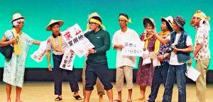 新基地建設への抗議活動などを題材にしたコントで、観客の笑いを誘った「基地を笑え!お笑い米軍基地」=那覇市久茂地・パレット市民劇場