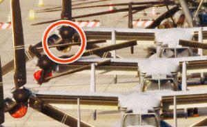 右側エンジンの空気取り入れ口が落下したとみられるオスプレイ(手前から3機目)