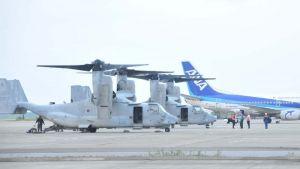 石垣空港に緊急着陸したオスプレイ2機。不具合があったとみられるのは左から2機目=29日午後6時10分、石垣市白保・南ぬ島石垣空港(新垣玲央撮影)