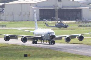 米軍嘉手納基地に飛来した電子偵察機RC135S=29日午後0時30分ごろ(読者提供)
