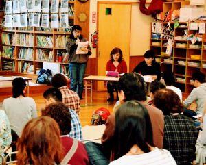 父母会冒頭で趣旨を説明する宮城智子会長(奥左)=10日、宜野湾市野嵩、緑ヶ丘保育園