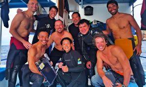 世界で初めて雄の野生ジンベエザメの血液採取に成功した村雲清美さん(前列中央)と調査チームのメンバー=7月、ガラパゴス諸島(美ら島財団提供)