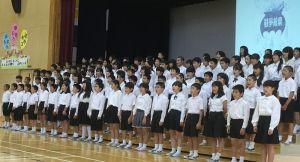 平和への願いを込めて憲法前文を読み上げる山内小学校6年生=4日、沖縄市・山内小学校
