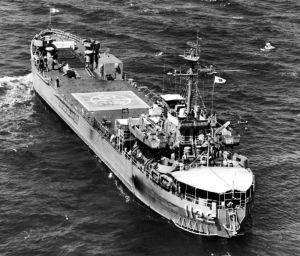 米軍岩国基地(山口県)沖に1960年代に配備されていた核兵器を積載した米海軍戦車揚陸艦(米海軍資料から)