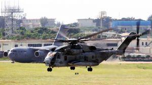 嘉手納基地を離陸するCH53E大型輸送ヘリ=24日午前10時50分(読者提供)