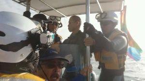 海上保安官3人が抗議船に乗り込む=16日午前9時すぎ、名護市辺野古沖(提供)