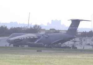 嘉手納基地に着陸し、人員が降りる米空軍の超大型輸送機C5ギャラクシー。在韓米軍からの退避訓練とみられる=24日午後1時半ごろ(読者提供)