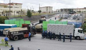 隊舎工事を再開するのため、砂利を積んだトラックが米軍キャンプ・シュワブ内に入った=15日午後2時14分、名護市辺野古