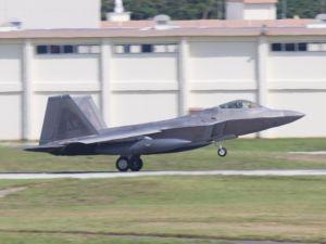 米軍嘉手納基地に着陸するF22ステルス戦闘機=30日午後3時9分(読者提供)