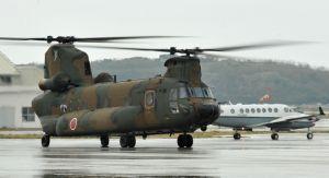陸上自衛隊のCH47輸送ヘリ(手前、資料写真)