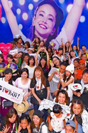 キャラバントラックに施された安室奈美恵さんのラッピングの前で記念撮影する大勢のファン