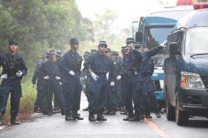 市民が止めた車を排除するため打ち合わせをする機動隊員ら=10日午前8時15分ごろ、国頭村安波