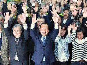 当選確実となり、支持者とバンザイ三唱する渡具知武豊氏(中央)=4日午後10時38分、名護市大南の選挙事務所(下地広也撮影)