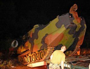 トレーラーに積み込まれる水陸両用車=18日午後11時すぎ、宜野座村松田の国道329号
