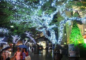 色鮮やかな電飾が街を照らしだすくもじイルミネーション=17日午後6時23分、那覇市久茂地(田嶋正雄撮影)