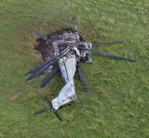 (資料写真)牧草地で炎上し、大破した大型輸送ヘリCH53E=2017年10月12日
