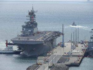 ホワイトビーチに接岸する米海軍の強襲揚陸艦ボノム・リシャール=22日午後1時30分ごろ、うるま市勝連