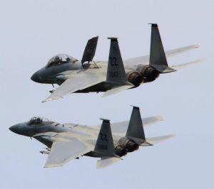 後方から近づき、操縦席の後ろにある板状の制動装置「エアブレーキ」を上げ、速度を落とすF15戦闘機(上)=20日午後2時25分ごろ、嘉手納基地上空(読者提供)